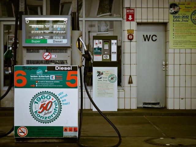 petrol-stations-1275486_1920